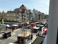 Wekelijkse markt in de Zeelaan te Koksijde op vrijdag