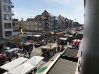 Blick auf den Wochenmarkt in der Zeelaan Koksijde