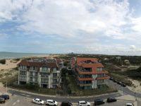 Panoramisch zicht op de zee en duinen van Koksijde